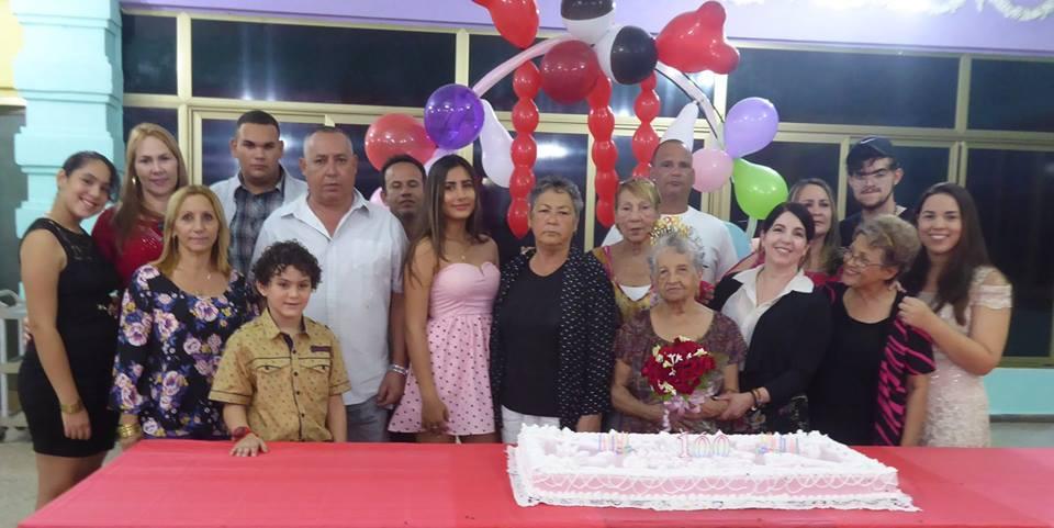 Ángela celebra su centenario feliz y con buena salud (+Fotos)