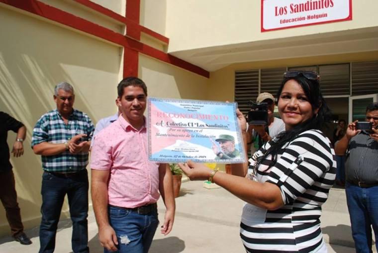 La Directora del Círculo Infantil Los Sandinitos recibe Reconocimiento por el aporte de su colectivo al mantenimiento de la instalación. Foto: Carlos Parra Zaldívar.