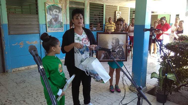 Gertrudis Bejerano Tamayo, vicepresidenta de la Asamblea Provincial Poder Popular en Holguín, entrega el cuadro a Leydis Thalía. Foto publicada por Emilio Rodríguez.
