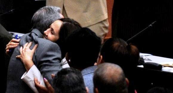 Mariela Castro Espín abraza a Raúl Castro Ruz durante la sesión de la Asamblea Nacional del Poder Popular./ Foto: Omara García Mederos/ ACN/ Cubadebate.