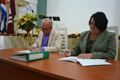 Firma del documento que oficializa la entrega y recepción del cargo de Rector de la Universidad de Holguín, efectuado el 12 de enero de 2019. UHo FOTO/Luis Ernesto Ruiz Martínez