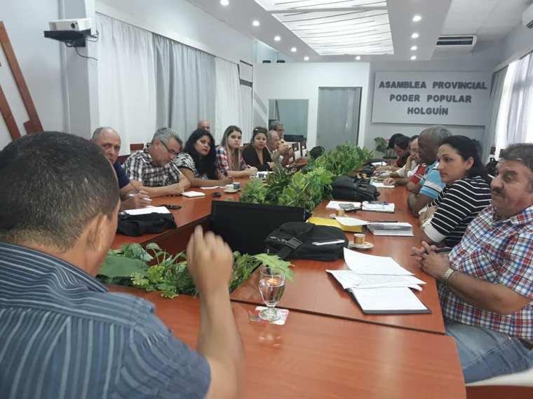 Autoridades holguineras ofrecen detalles a la prensa sobre la situación de la harina en la provincia.