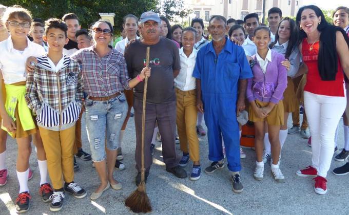 Homenaje de estudiantes holguineros a trabajadores de comunales. Foto: Arnaldo Vargas Castro.