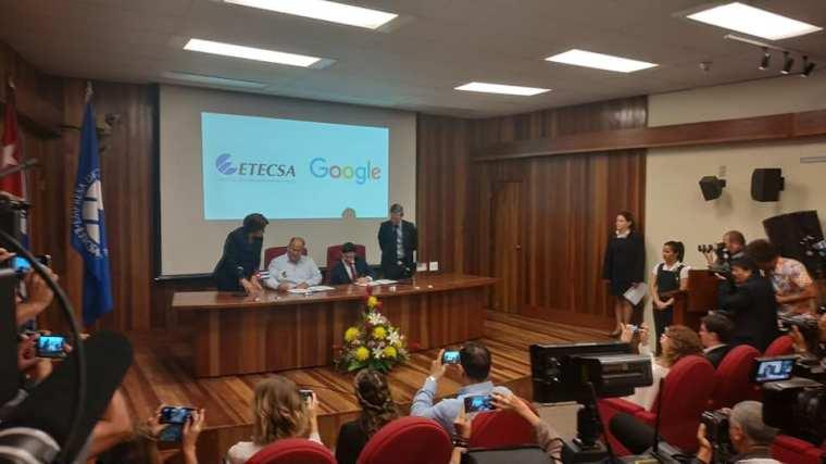 Firman ETECSA y Google Memorandum de entendimiento para comenzar la negociación de un posterior acuerdo de servicio de intercambio de tráfico de Internet. Foto: Yurisander Guevara.