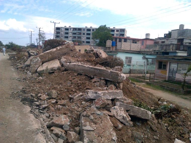 Reparación de la Carretera Central en Holguín. Foto: Luis Ernesto Ruiz Martínez (tomada con un celular).