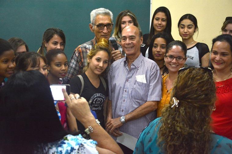 El Maestro Guido López-Gavilán rodeado de jóvenes estudiantes luego de su Conferencia Magistral, primera actividad oficial de la Cátedra Honorífica de música cubana Faustino Oramas. FOTO/Luis Ernesto Ruiz Martínez.