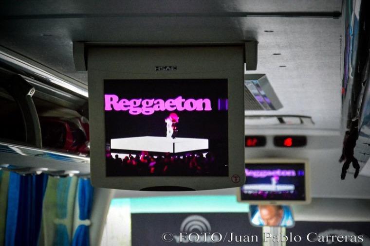 """El reggaetón se mantiene como una de las propuestas """"más firmes"""" a bordo de los ómnibus que recorren las carreteras cubanas. Foto: Juan Pablo Carreras."""