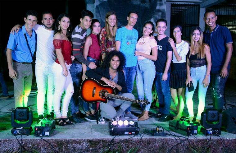 Concierto de Laynier Verdecia en la Gala por al aniversario 97 de la FEU en la Universidad de Holguín. VdC FOTO/Luis Ernesto Ruiz Martínez.